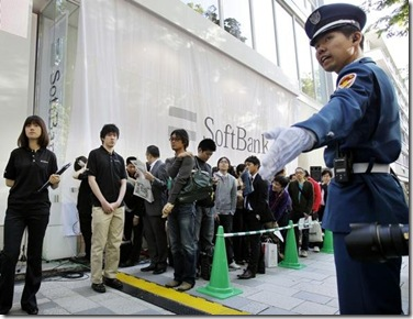 police-keep-the-people-in-order-at-softbank